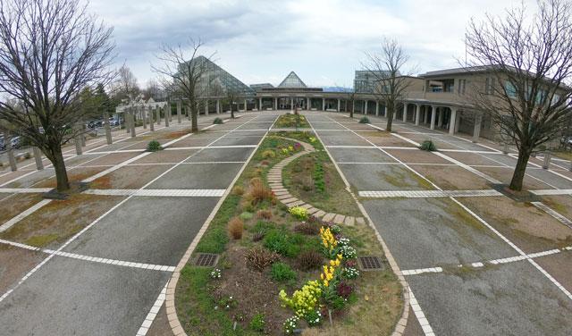 富山県中央植物園の入り口前広場