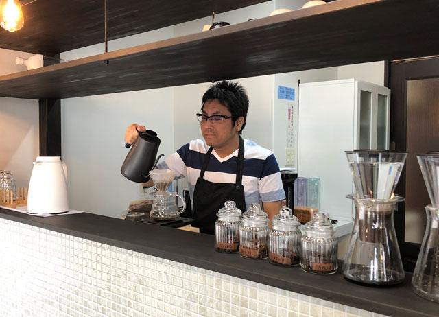 富山市婦中町のカフェ「さくらとねこと」で気持ちを入れてコーヒーを淹れるマスター