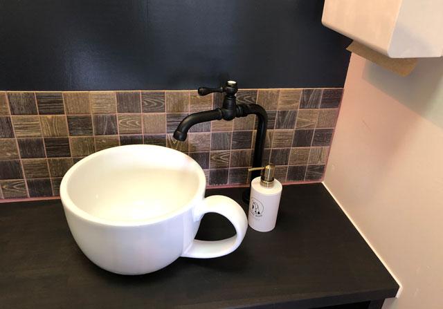 富山市婦中町のカフェ「さくらとねこと」のマグカップの洗面所