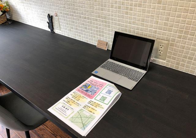 富山市婦中町のカフェ「さくらとねこと」のPCが使いやすいテーブル