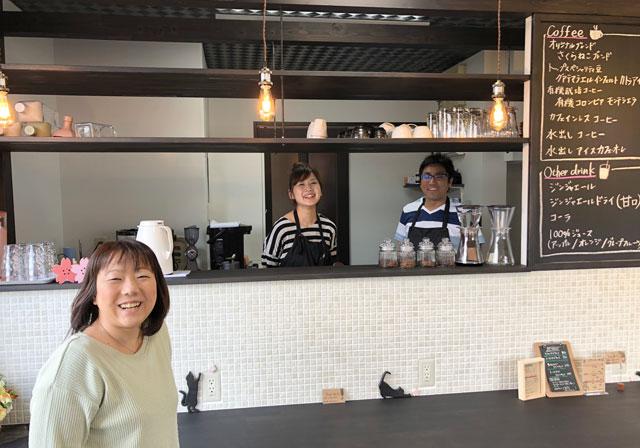 富山市婦中町のカフェ「さくらとねこと」の笑顔のスタッフ
