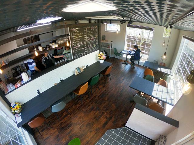 富山市婦中町のカフェ「さくらとねこと」の店内の様子(入口側から)