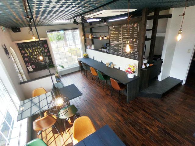 富山市婦中町のカフェ「さくらとねこと」の店内の様子(店の奥から)