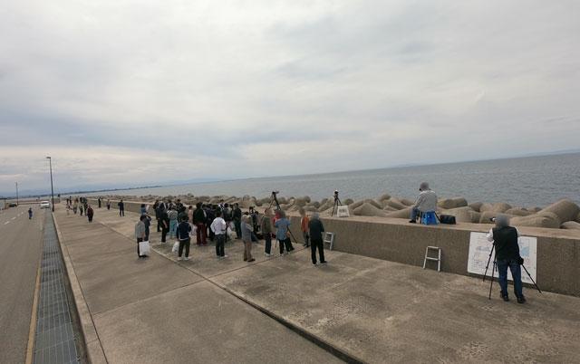 富山県魚津市の海の駅 蜃気楼にしんきろうを見にきた人々