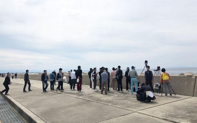富山県魚津市の海の駅 蜃気楼にしんきろうを見にきた人々2