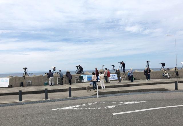 富山県魚津市の蜃気楼を撮るために集まった人たち