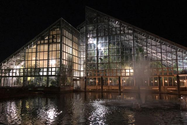 富山県植物園の建物と噴水