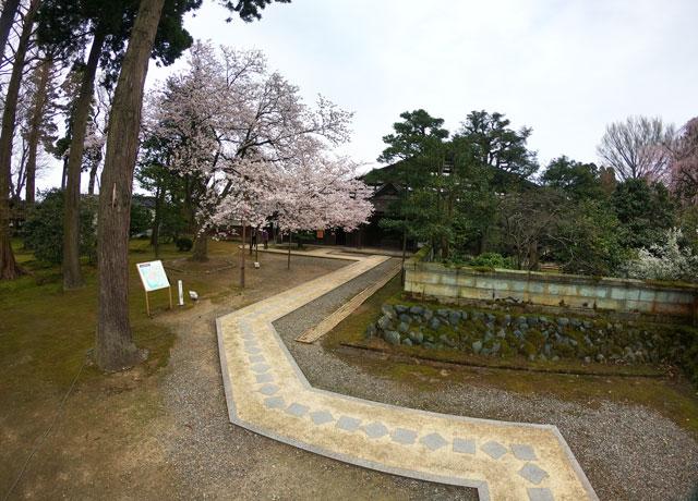 国登録有形文化財、富山県民会館分館「豪農の館 内山邸」 の前庭