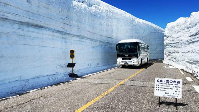 立山黒部アルペンルート「雪の大谷」バスと雪の壁