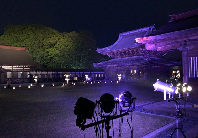 高岡市の国宝「瑞龍寺」の仏殿のライトアップ(青)