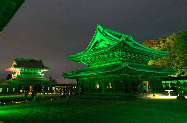 高岡市の国宝「瑞龍寺」の仏殿のライトアップ(緑)