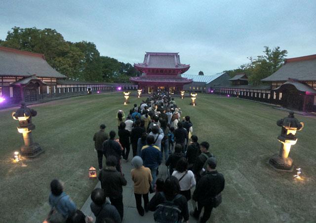 高岡市の国宝「瑞龍寺」のライトアップイベント時の仏殿への行列