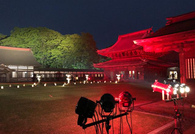 高岡市の国宝「瑞龍寺」の仏殿のライトアップ(赤)
