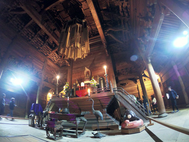 高岡市の国宝「瑞龍寺」のライトアップイベント時の仏殿