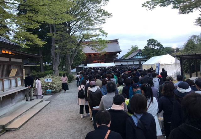 高岡市の国宝「瑞龍寺」のライトアップイベントの入場の行列