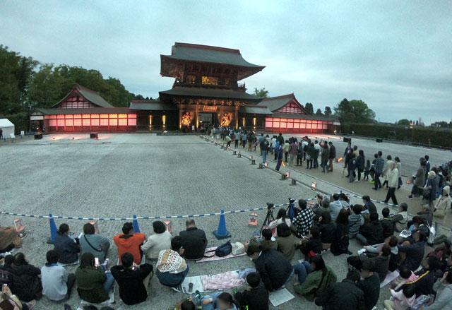 高岡市の国宝「瑞龍寺」のライトアップイベントのプロジェクションマッピングの開始を待つ観光客