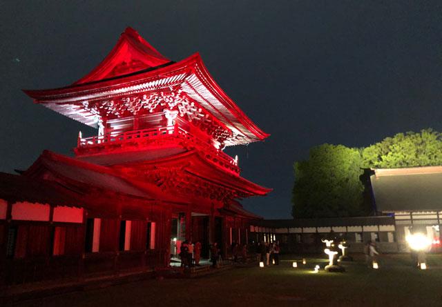 高岡市の国宝「瑞龍寺」のライトアップイベント時の山門のライトアップ(裏側)