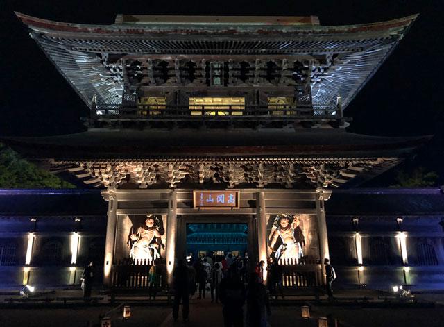 高岡市の国宝「瑞龍寺」のライトアップイベント時の山門のライトアップ(正面)