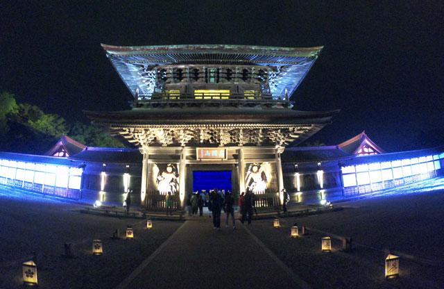 高岡市の国宝「瑞龍寺」のライトアップイベント時の山門のライトアップ(正面遠目)