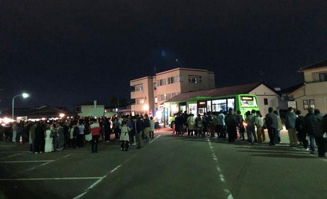 高岡市の国宝「瑞龍寺」のライトアップイベントの無料シャトルバス乗り場の混雑