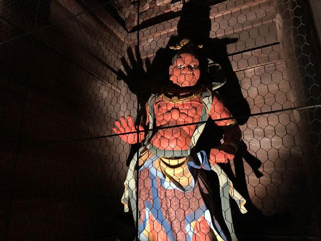 高岡市の国宝「瑞龍寺」のライトアップイベント時の吽形(うんぎょう)のライトアップ
