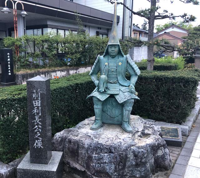 高岡市の国宝「瑞龍寺」の参道にある「前田利長」