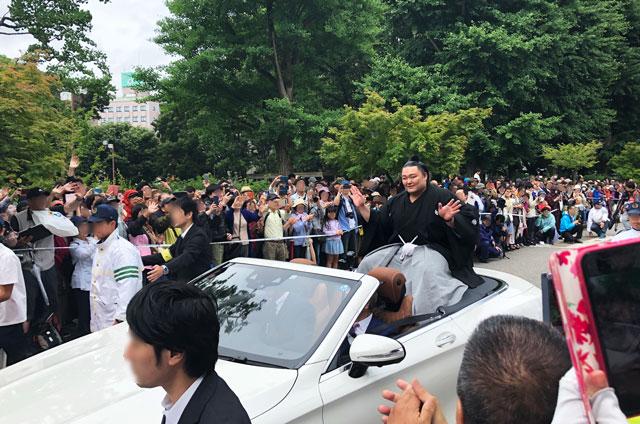 朝乃山富山凱旋パレードの朝乃山関の笑顔