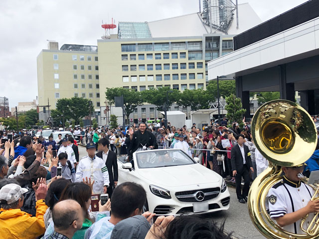 朝乃山富山凱旋パレードで手を振る朝乃山関