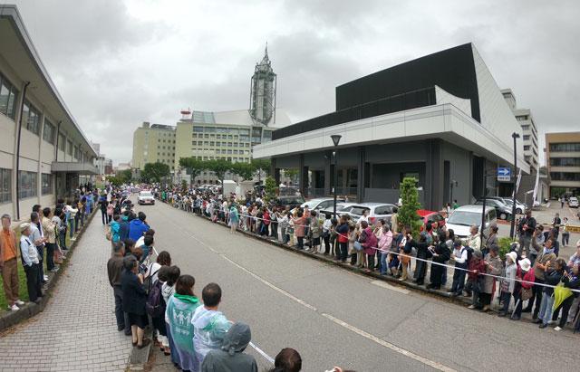 朝乃山富山凱旋パレードを待つ大観衆