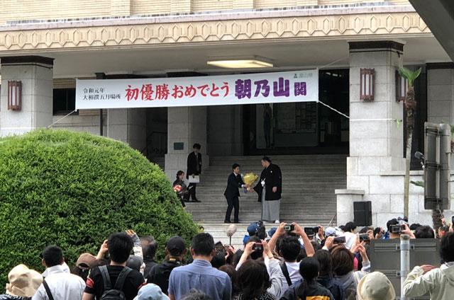 朝乃山富山凱旋パレードで最後に花束をもらう朝乃山関