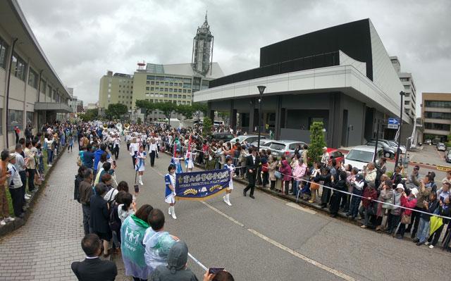 朝乃山富山凱旋パレードで扇動を務める富山県警察音楽隊