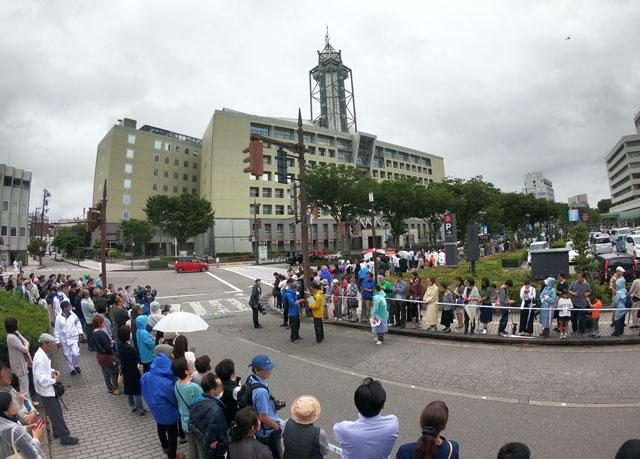 朝乃山富山凱旋パレードを待つ大観衆(富山市役所前)2