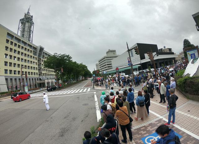 朝乃山富山凱旋パレードを待つ大観衆(富山市役所前)