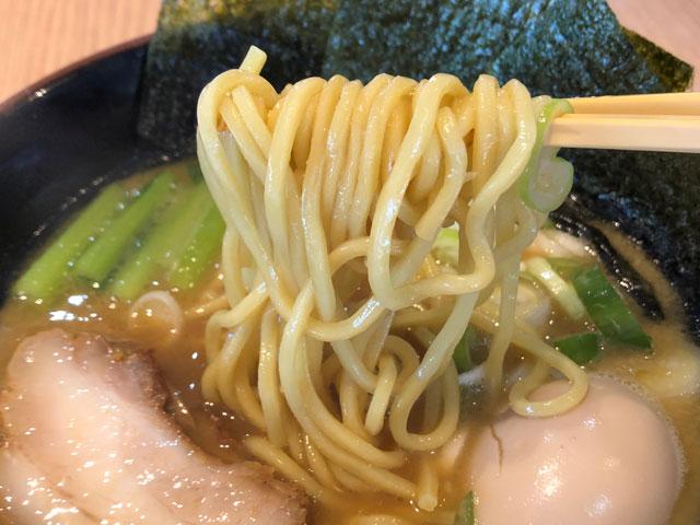 「麺屋 達(めんやたつ) 古沢店」の豚骨醤油醤油ラーメンの麺