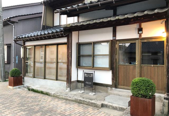 富山県射水市内川の貸切の宿泊施設「水辺の民家ホテル」の「カモメ」の入り口