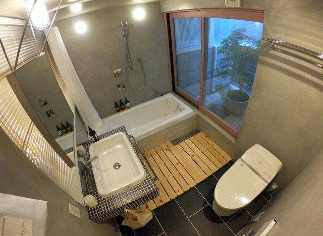 富山県射水市内川の貸切の宿泊施設「水辺の民家ホテル」の「カモメ」の風呂、トイレ、洗面所