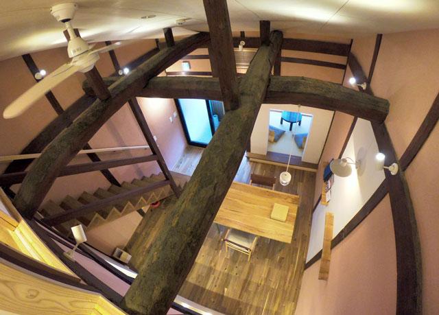 水辺の民家ホテル「カモメ」の吹き抜け。2階から1階へ
