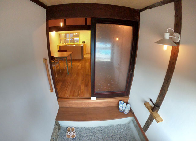 富山県射水市内川の貸切の宿泊施設「水辺の民家ホテル」の「カモメ」の玄関
