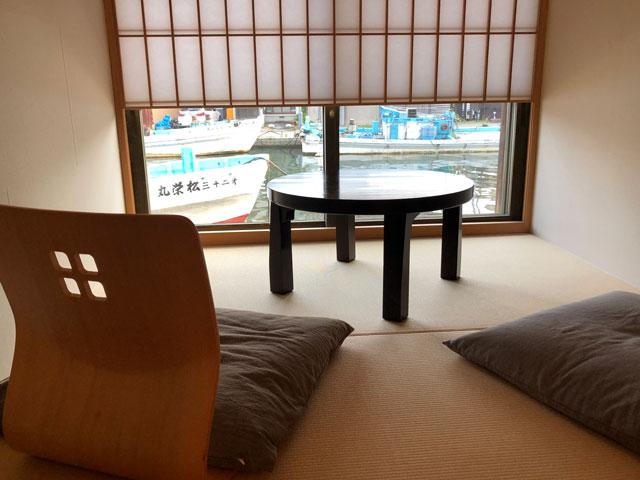 富山県射水市内川の貸切の宿泊施設「水辺の民家ホテル」の「カモメ」のまったり部屋の雪見障子