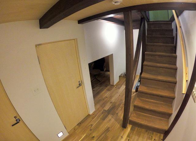 「水辺の民家ホテル」の「ウミネコ」の階段前スペース1