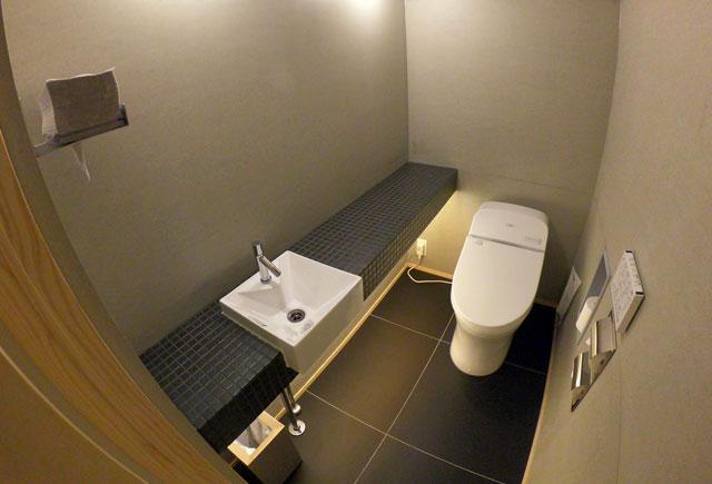 「水辺の民家ホテル」の「ウミネコ」のトイレ