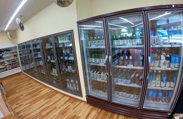 富山駅北の酒屋「リカーポケットみずはた」の冷蔵用の酒