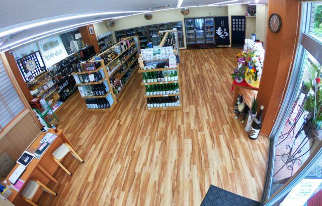 富山駅北の酒屋「リカーポケットみずはた」のリフォーム後の店内(入口側から)