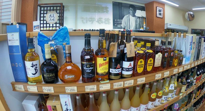 富山駅北の酒屋「リカーポケットみずはた」のウイスキーのラインナップ
