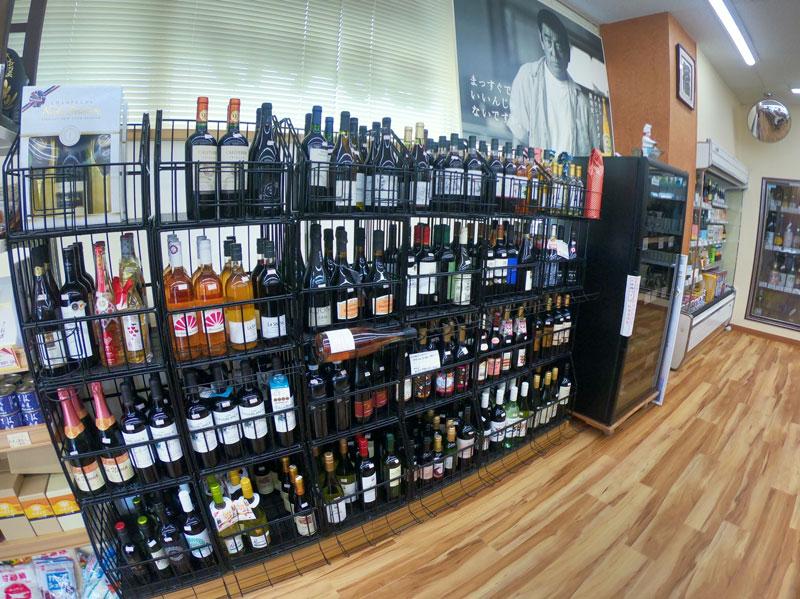 富山駅北の酒屋「リカーポケットみずはた」のワインのラインナップ