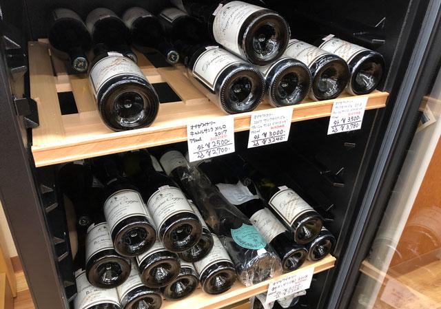 富山駅北の酒屋「リカーポケットみずはた」のワインセラーの中