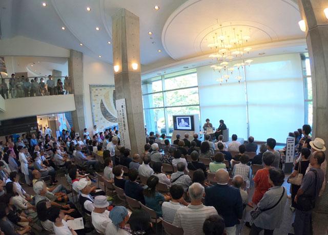 南砺市福光美術館で開催された「ヤマザキマリ トークショー」に集まった人たち