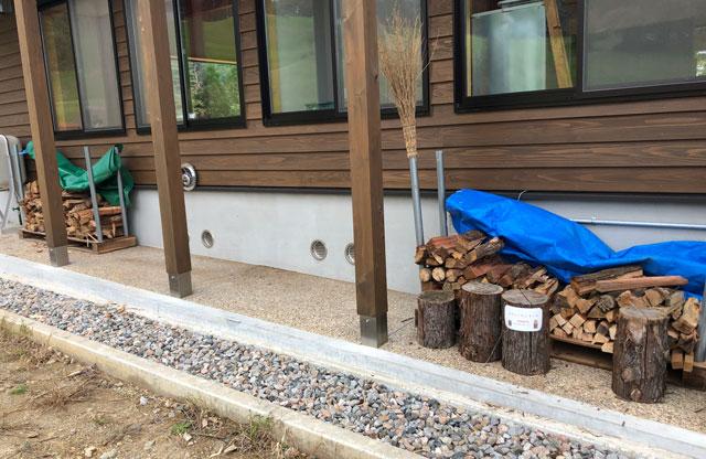 南砺市井波にある南砺市井波にある「閑乗寺公園キャンプ場」の薪置き場
