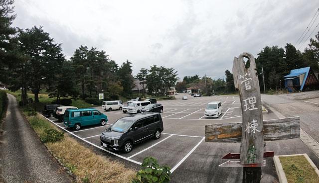 南砺市井波にある「閑乗寺公園キャンプ場」の管理棟下の広い駐車場