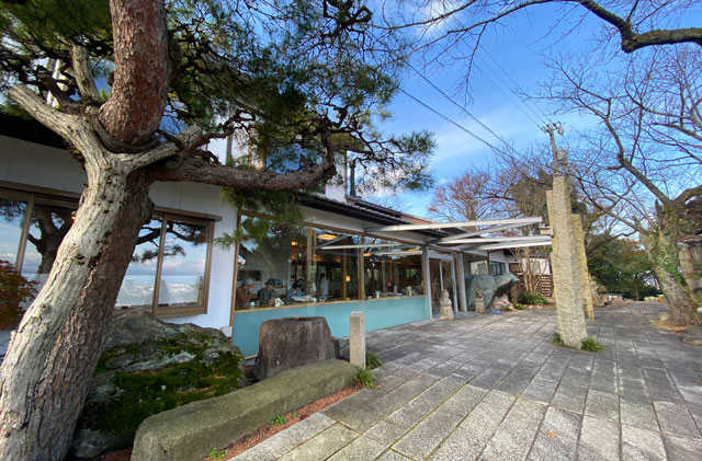 富山市呉羽山の紅葉、穴場紅葉スポットの「桜の広場展望台」の呉山飛天(ござんひてん)